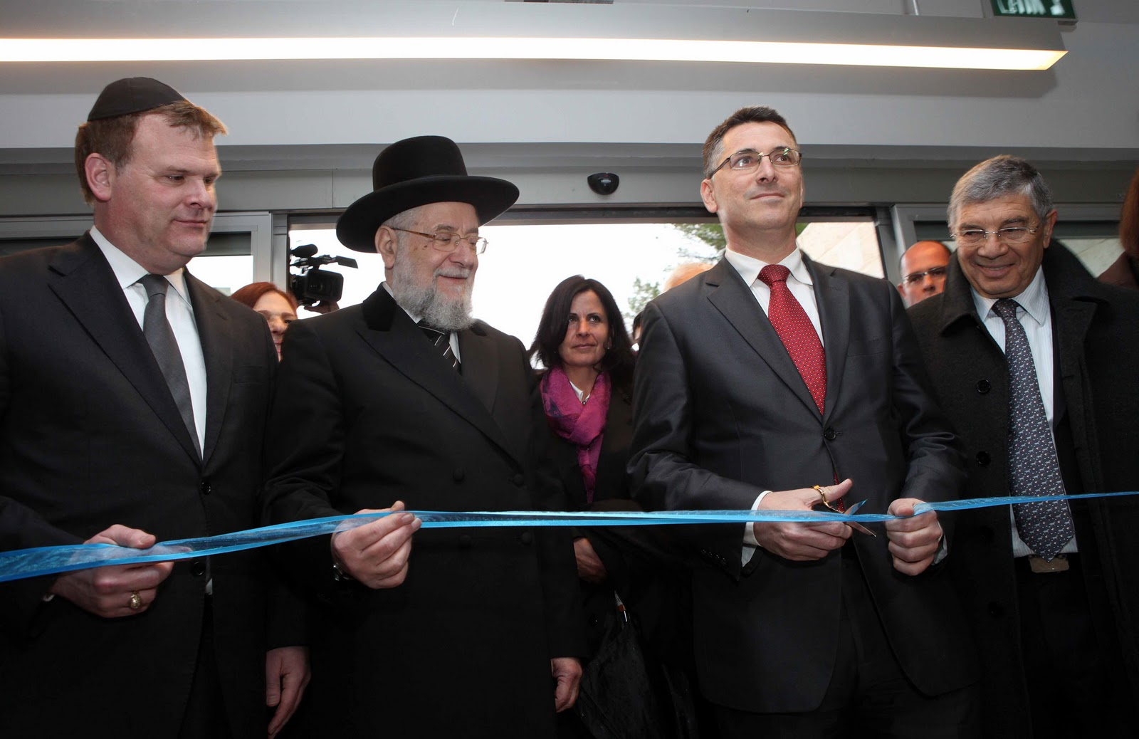 (From right) Chairman of the Yad Vashem Directorate Avner Shalev, Education Minister Gideon Sa'ar, Chairman of the Yad Vashem Council Rabbi Israel Meir Lau and Foreign Minister of Canada John Baird during the ribbon cutting