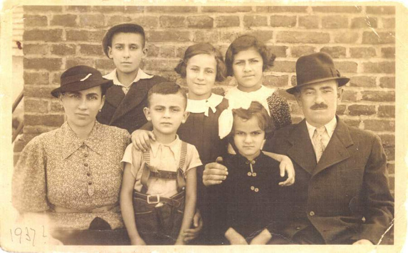 The Weisz family, Yitzhak Livnat's family, before the war. Between the two parents are Sandor (Yitzhak Livnat) and his younger sister, Icuka.