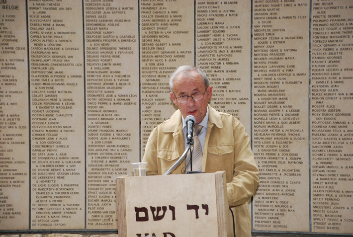 Robert Roger, grandson of Righteous Among the Nations Louise Roger speaking at the ceremony in honor of his grandmother