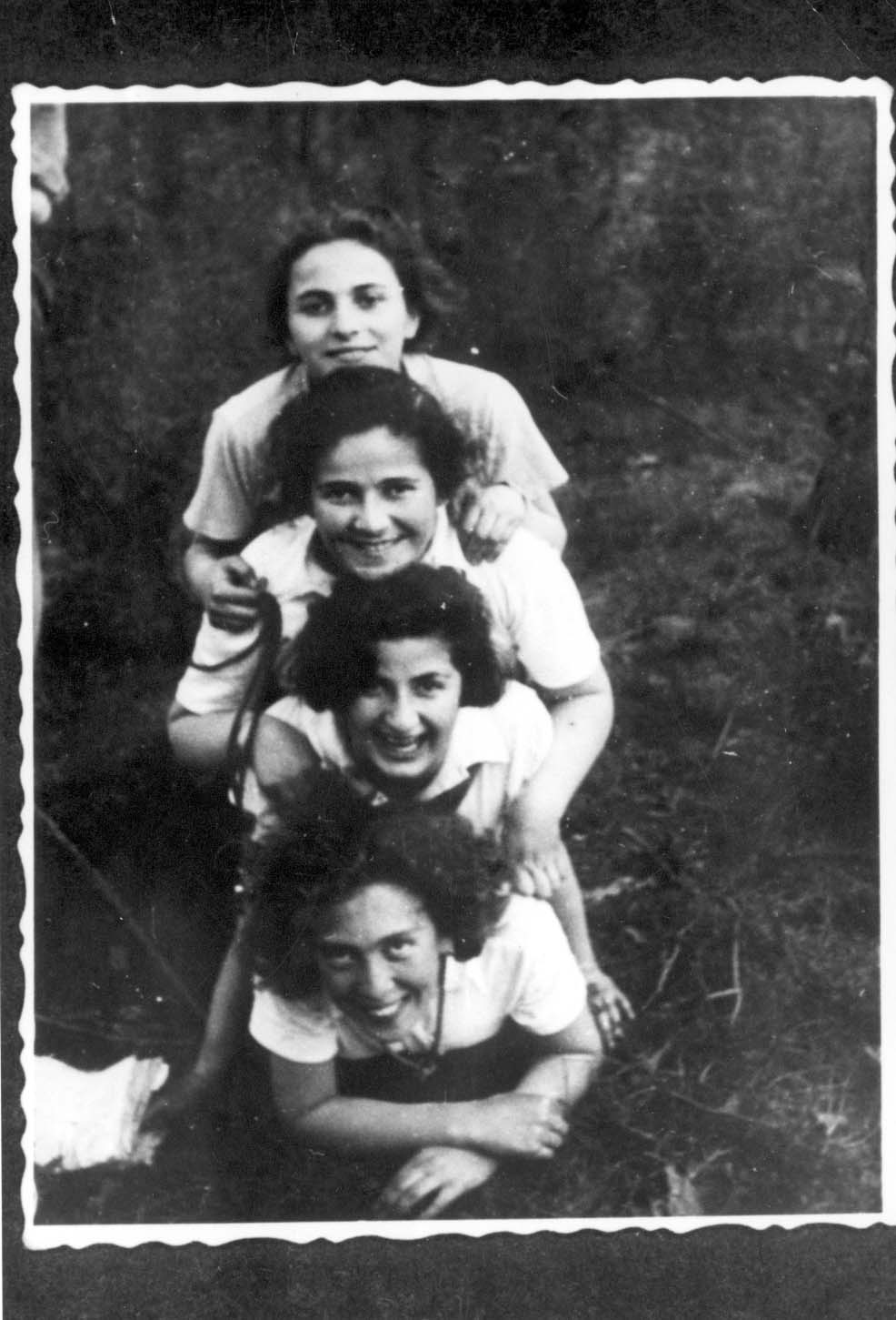 Wloclawek, Poland, 29/04/1937, Members of the Hashomer Hatzair movement during Lag ba'Omer. At the top: Mira Izbitzcka. At the bottom: Tosia Altman.