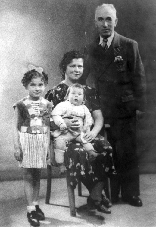 A Jewish family wearing the yellow star, France