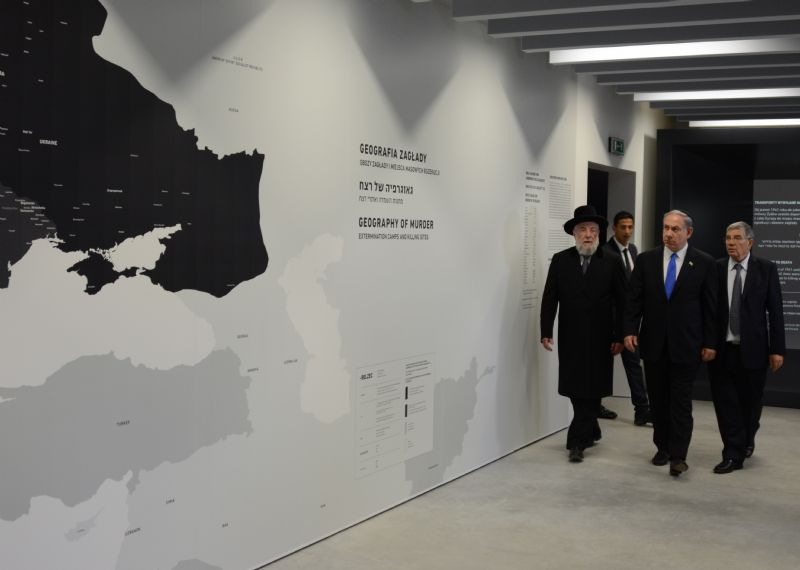 Yad Vashem Chairman and exhibition curator Avner Shalev guiding Prime Minister Netanyahu and Rabbi Lau, Chairman of the Yad Vashem Council, through the exhibition