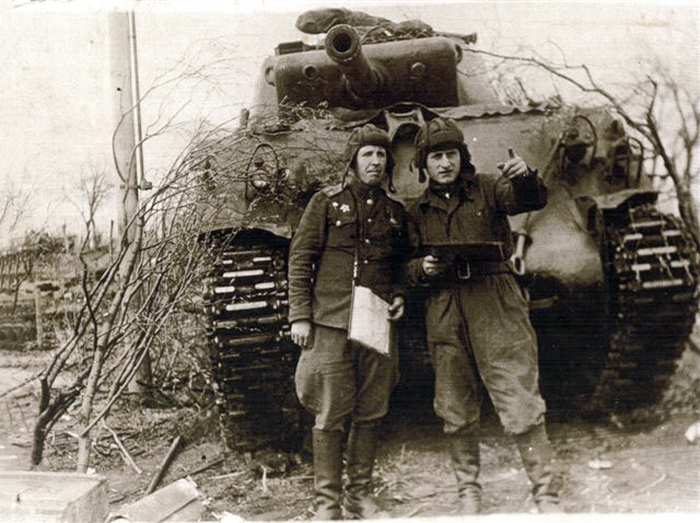 Abraham (Arkadi) Katzevman (Timor) on the right, in front of his tank