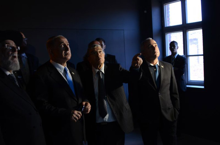 (From left) Chairman of the Yad Vashem Council  Rabbi Lau, Prime Minister Netanyahu, Yad Vashem Chairman and exhibition curator Avner Shalev and Government Minister Dr. Yuval Steinitz view an exhibit