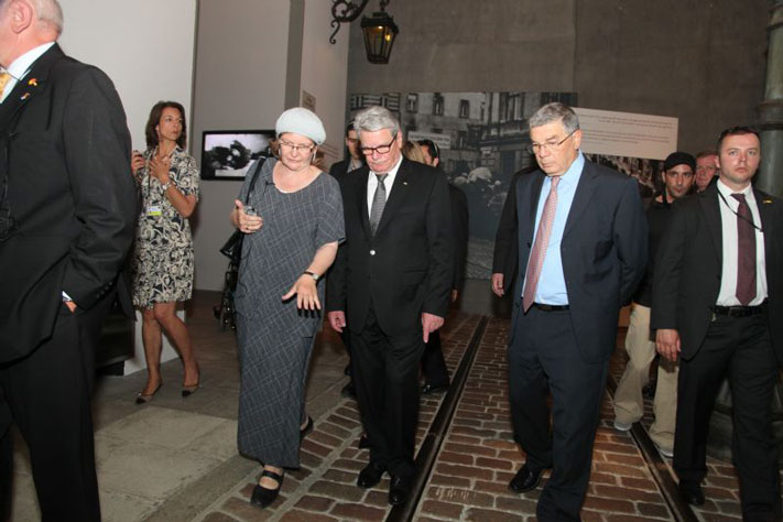 Dr. Noa Mkayton guides President Joachim Gauck in the Holocaust History Museum accompanied by Yad Vashem Chairman Avner Shalev.
