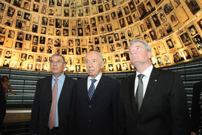 From right: President Joachim Gauck, President Shimon Peres and Yad Vashem Chairman Avner Shalev in the Hall of Names