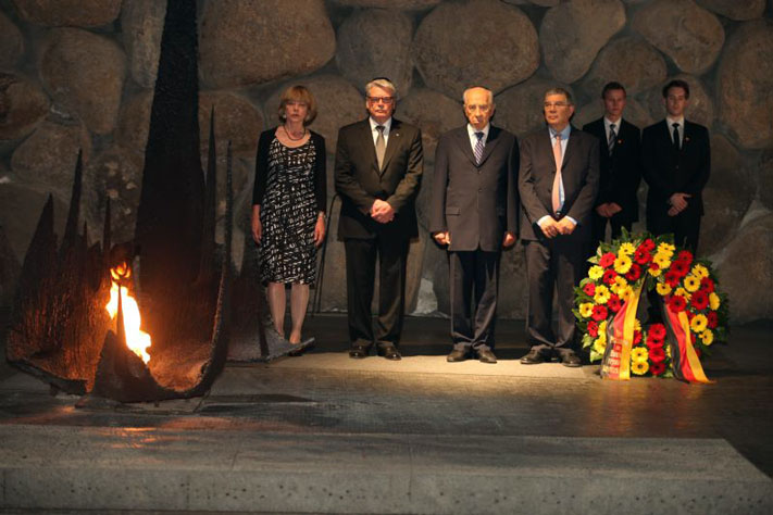 From left: Ms. Daniela Schadt, President Joachim Gauck, President Shimon Peres and Yad Vashem Chairman Avner Shalev in the Hall of Remembrance