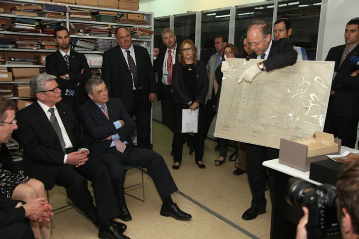 Dr. Haim Gertner explains archival documents during visit to the Yad Vashem Archives