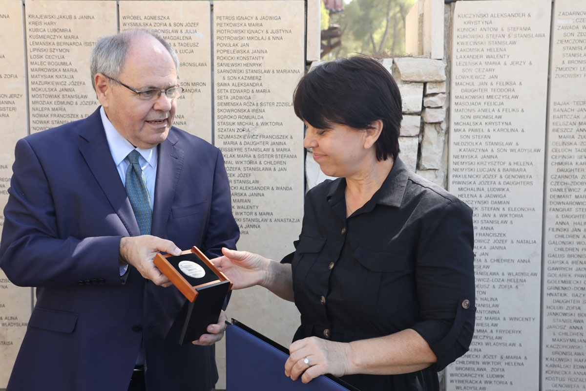 Yad Vashem Chairman Dani Dayan presents the Righteous Among the Nations medal and certificate to Galina Grinchik, granddaughter of Yelena Grinchik
