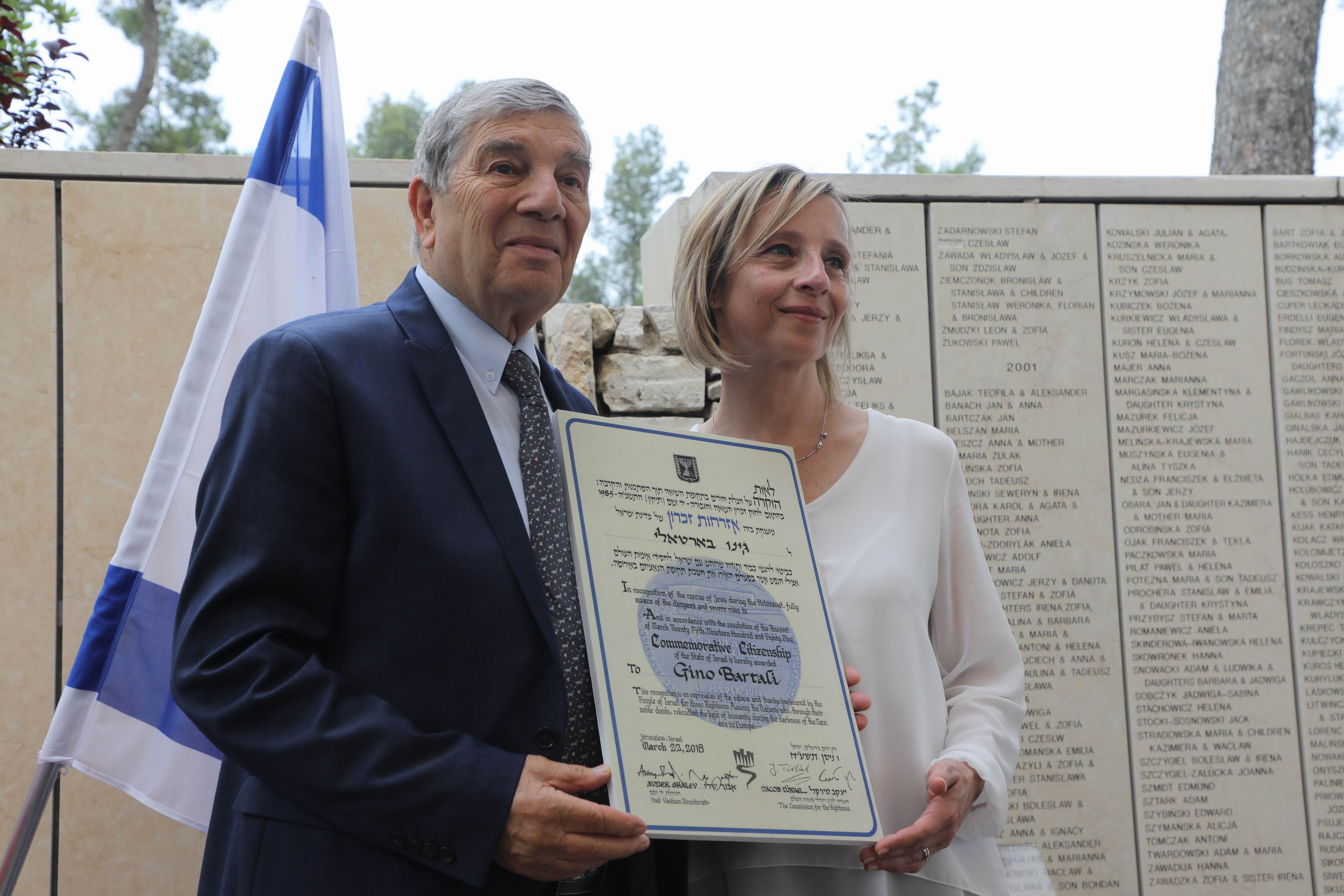 Avner Shalev presented Gioia Bartali with a certificate of Commemorative Citizenship of the State of Israel for her late grandfather, Gino Bartali