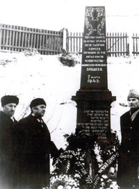 """Three Colonels"" at the ""Iama"" murder site in Minsk. From left to right: Naum Alshanskii, Lev Ovsichsher and Efim Davidovich, 1970s"