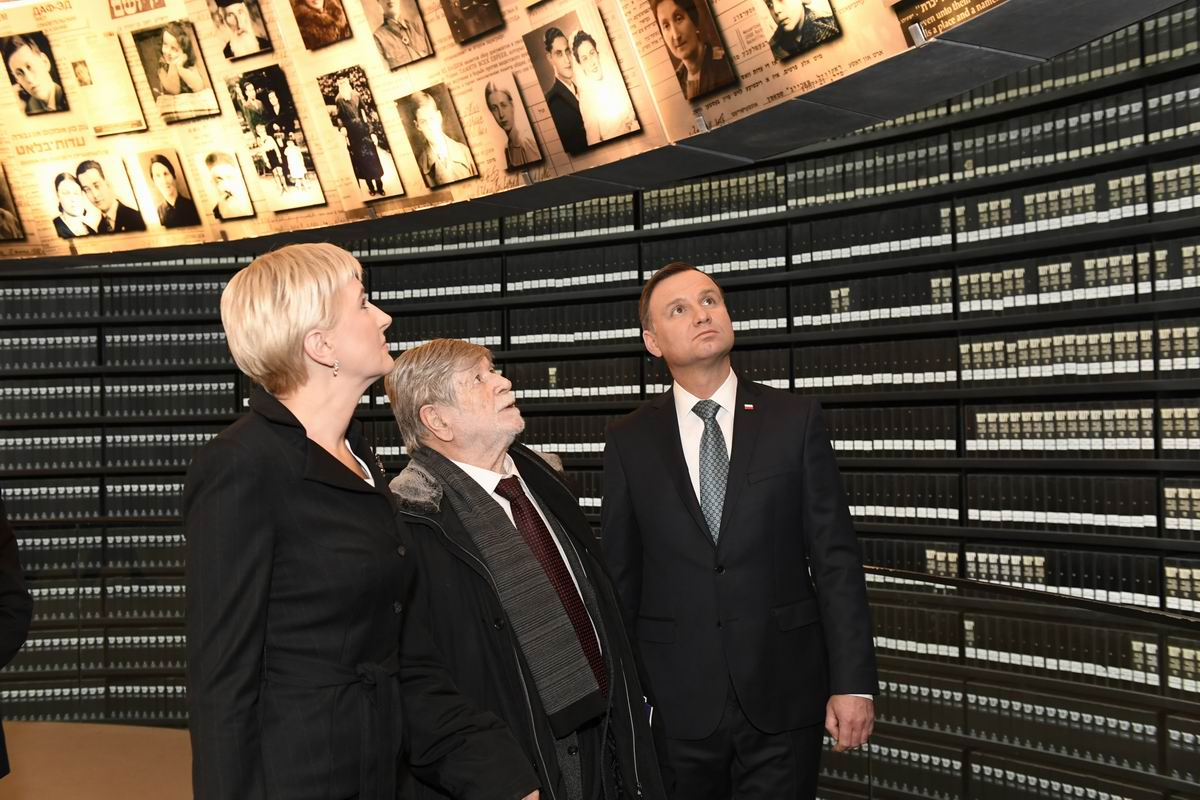 President Duda and the First Lady of Poland with Szewach Weiss, former Israeli Ambassador to Poland and former Chairman of the Yad Vashem Council (center), in the Hall of Names