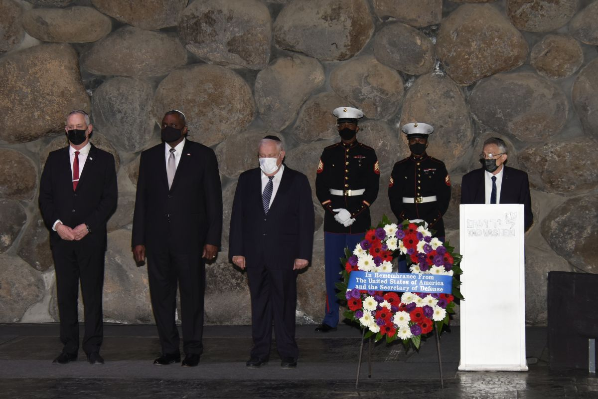 (L-R) Israel's Minister of Defense Benny Gantz, Secretary Defense Austin and Acting Yad Vashem Chairman Ronen Plot participating in a memorial ceremony in the Hall of Remembrance at Yad Vashem