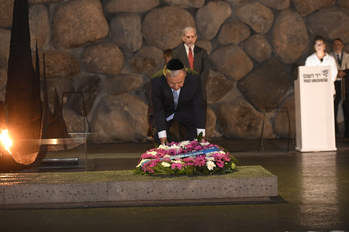 United Nations Secratery GeneralAntónio Guterreslays a wreath during a memorial ceremony in the Hall of Remembrance at Yad Vashem