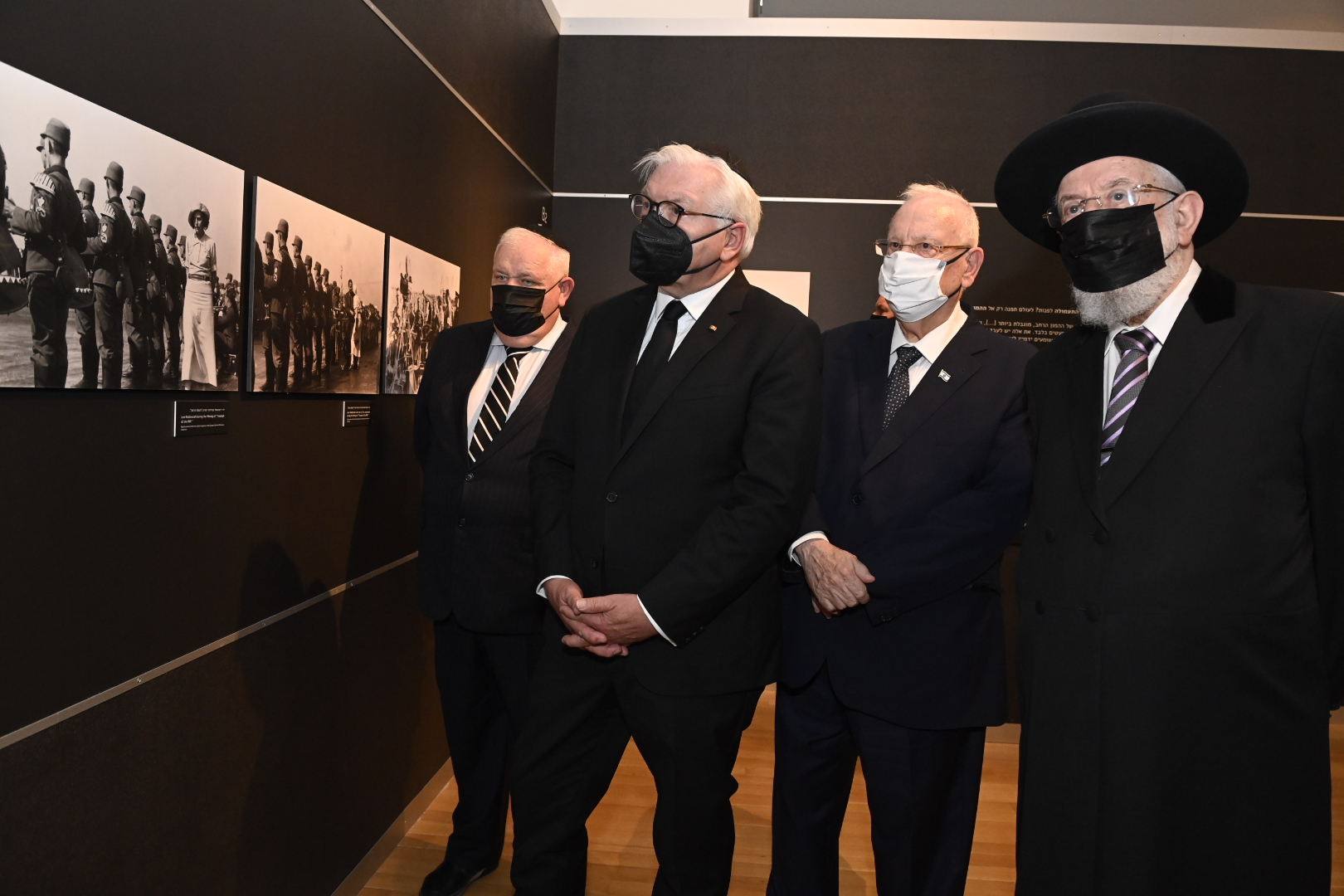 """President Steinmeier, together with Acting Yad Vashem Chairman Ronen Plot, President Rivlin and Rabbi Lau tour the """"Flashes of Memory"""" exhibition"""