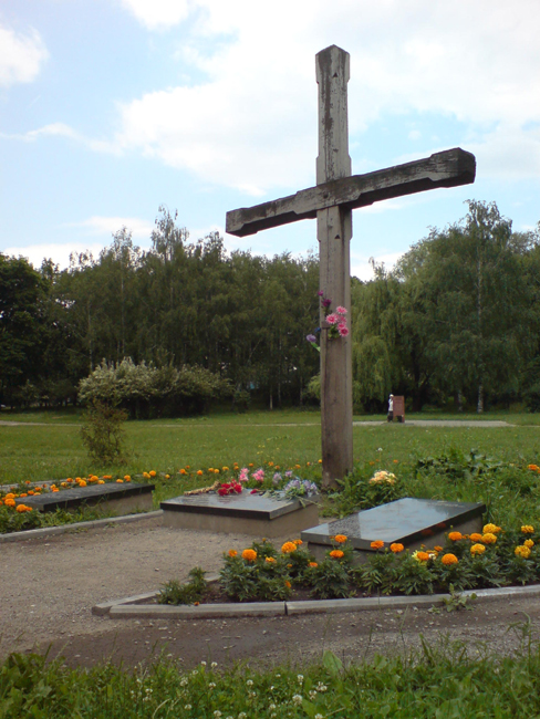 Wooden cross in memory of 621 Ukrainian nationalists murdered in 1942, opened in 1992. Photo by Dgri.