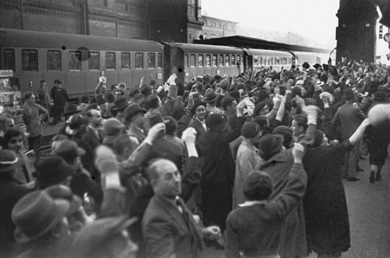 Waving goodbye to a Kindertransport, 1937