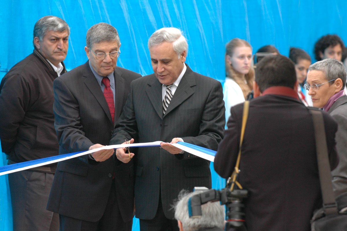 President of the State of Israel Moshe Katsav, escorted by Chairman of the Yad Vashem Directorate Avner Shalev, cuts the ribbon inaugurating the New Museum