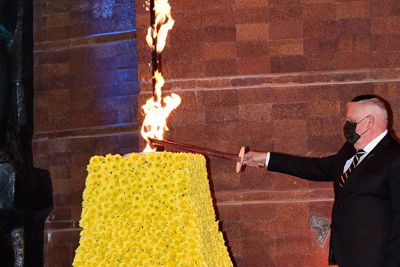 Acting Chairman of Yad Vashem Ronen Plot lights the memorial flame