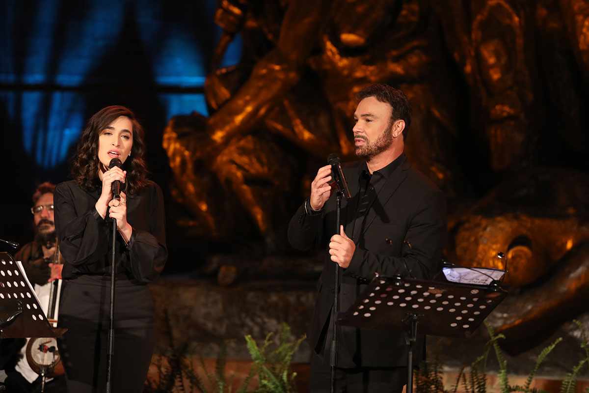 Singers Meshi Kleinsein and David Daor perform in Warsaw Ghetto Square