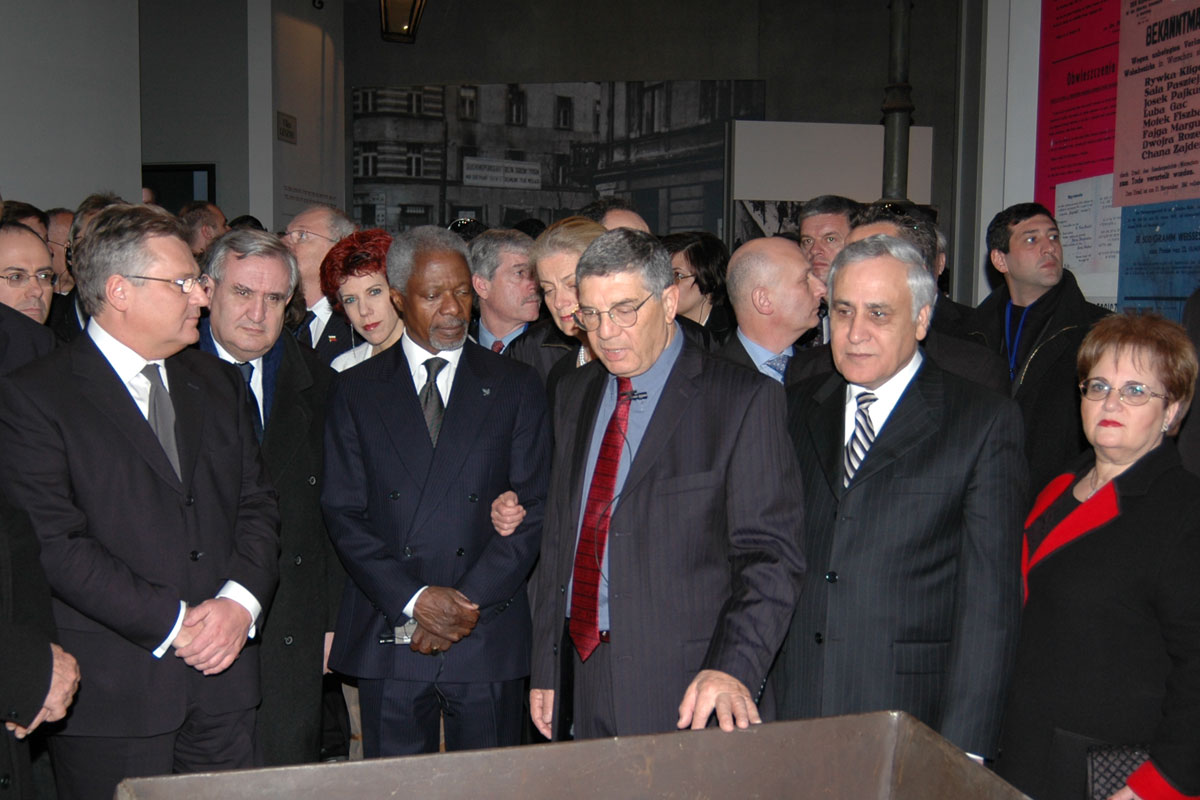 Avner Shalev, together with the Heads of the Delegations, view a gallery in the New Museum depicting the Warsaw Ghetto
