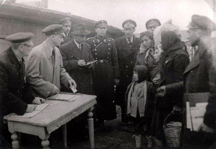 Document inspection of deportees to Treblinka. Skopje, March 1943.