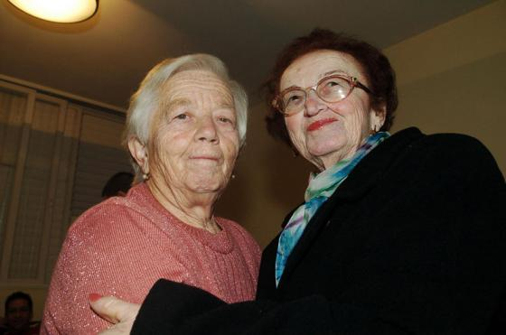 Sisters, Klara Blaier and Hannah Katz reunite, 2005