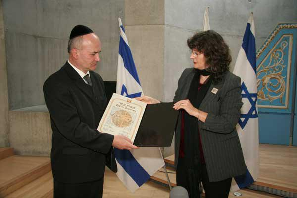 Stanislaw Briks receiving the certificate of honor from Director of the Righteous Among the Nations Department Irena Steinfeldt