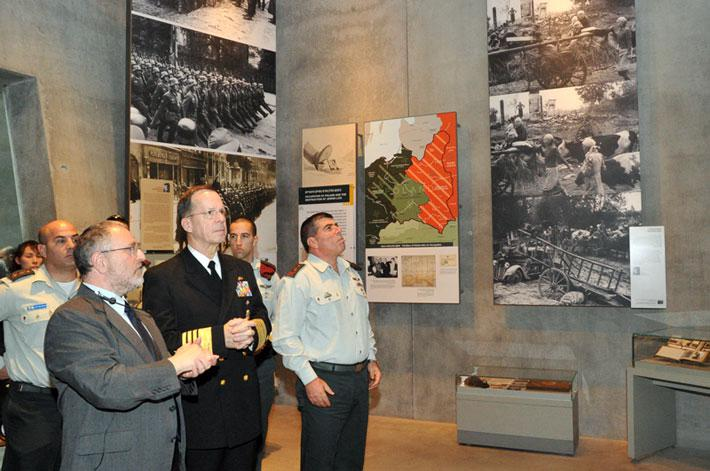 Adm. Mullen and Lt. Gen. Ashkenazi visit the Holocaust History Museum, guided by Director of the Yad Vashem Libraries Dr. Robert Rozett