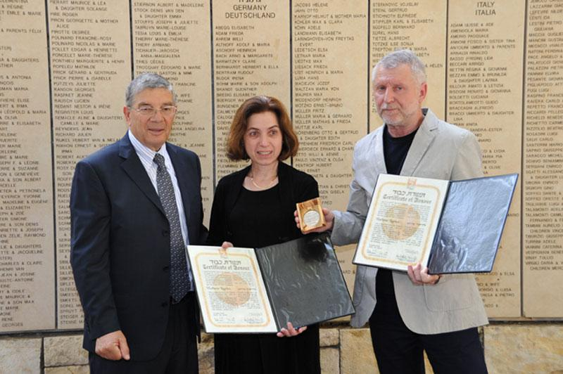 Chairman of the Yad Vashem Directorate Avner Shalev presents the medal and certificate of honor to the grandchildren of Righteous Among the Nations Vladimir Kurtev