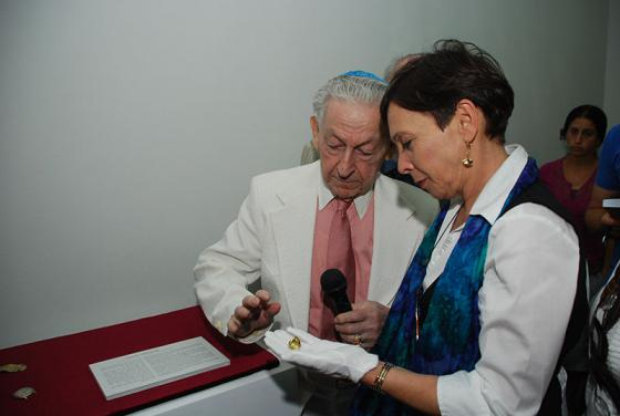 Haviva at the presentation of artifacts donated by Meyer Hack to the Yad Vashem Artifacts Collection