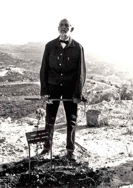 Armin T. Wegner plants a tree at Yad Vashem
