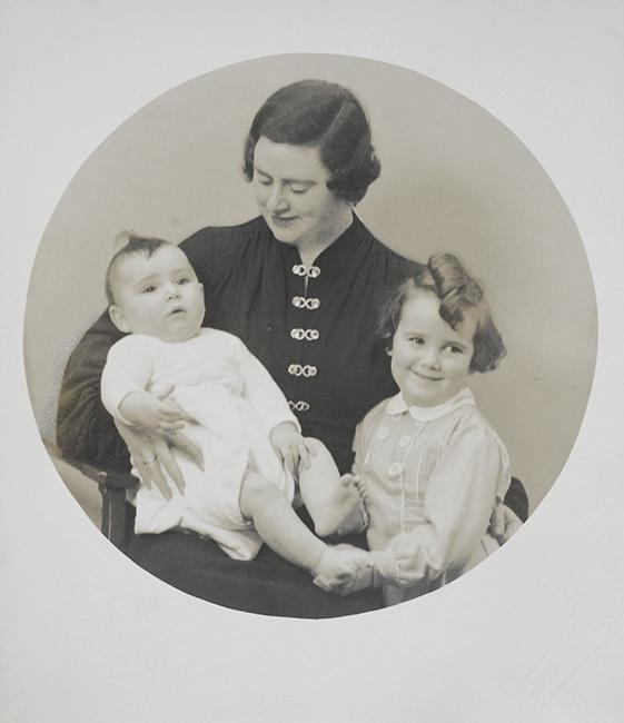 Edith Elkeles with her children Miriam and Yosef