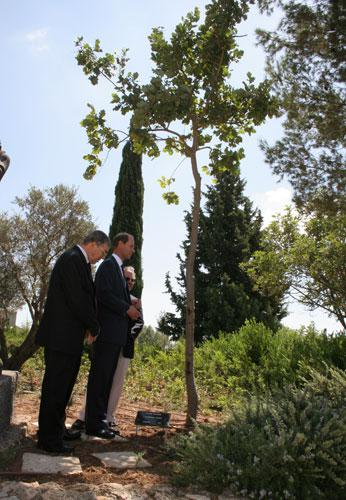 Prince Edward visits the tree planted in honor of his grandmother