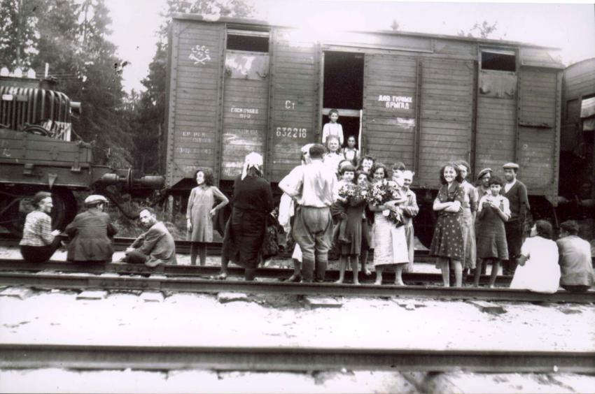 A group photo of the Rodkin Family from Orsha, Belorussia, fleeing the Nazi advance, June 1941