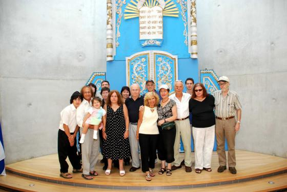 Cousins Naomi Shlomovitz and Gerald Schor with their extended families at Yad Vashem