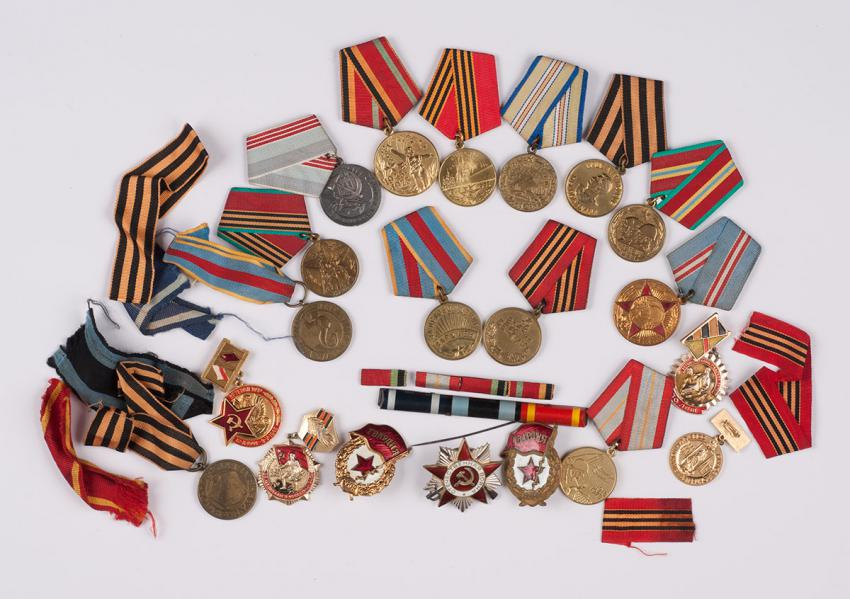 Medals and military ribbons that Simion Mamistvalov received for his service in the Red Army