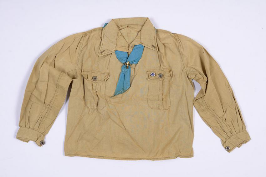 Hanoar Hatzioni Zionist youth movement shirt worn by Pesakh Gerges in the Purten DP camp after the war