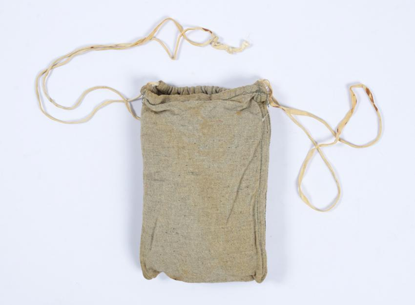 Pouch for storing the daily bread ration that Sima Wronski made for herself  in the Ravensbrück concentration camp