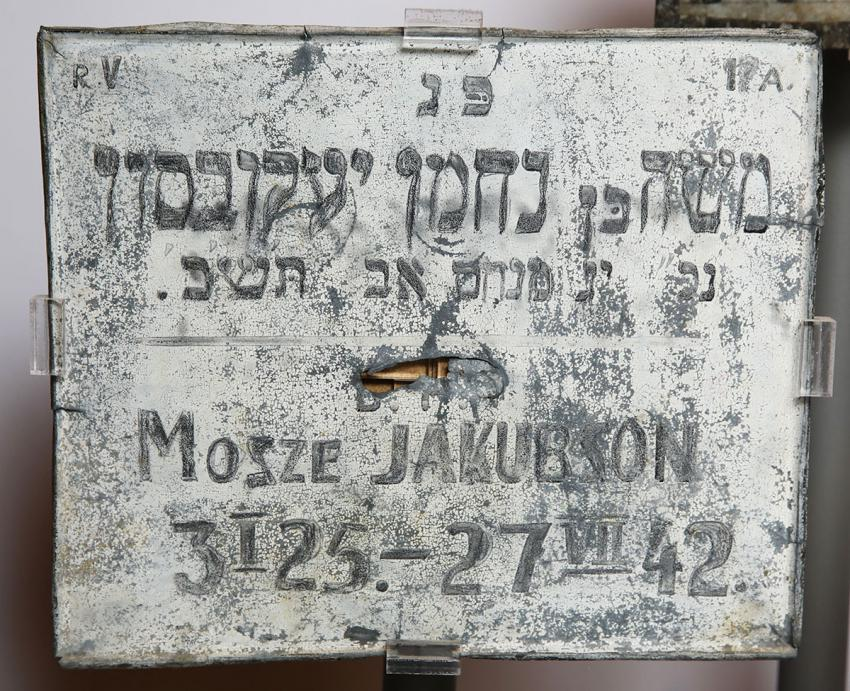 Improvised grave-marker for Mosze Jakubson, who died on 27 July 1942 aged 17 in the Lodz ghetto, and was buried in the ghetto