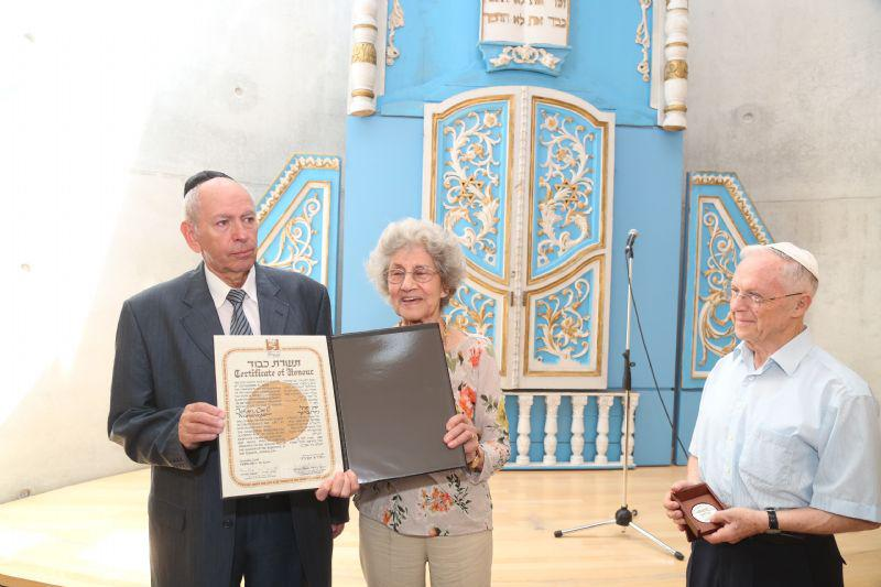 Dr. Ehud Loeb and Dr. Gila Fatran presenting Peter Nurnberger with the medal and certificate in honor of his father Johann Karl Nurnberger at the award presentation ceremony, Yad Vashem, 21 August 2014