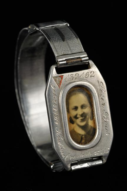 A bracelet with a photograph of Lola, Mordecai Gebuertig's youngest daughter