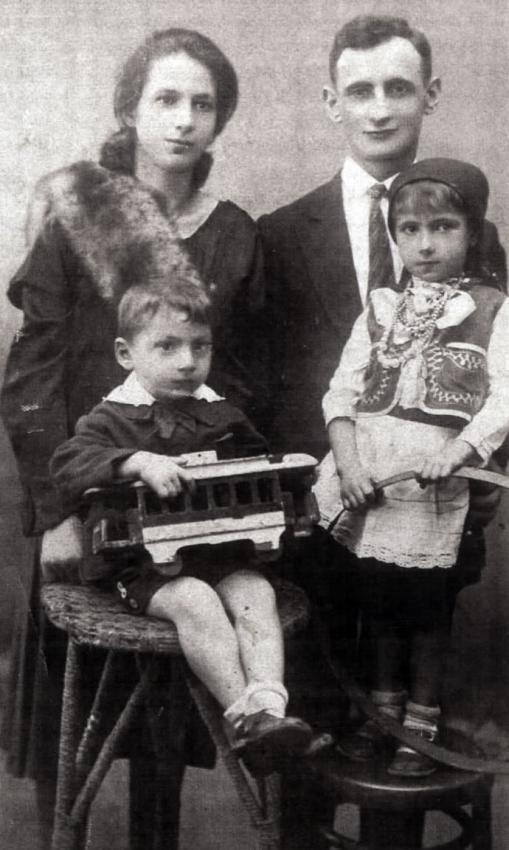 Hillel and Blima Uryn with their children, Israel and Chana, Paris, prewar