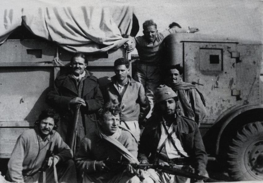 Israel Uryn (seated center) with friends dUryng the War of Independence