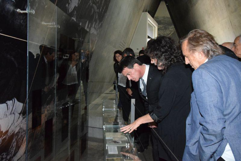 Prime Minister Valls took a keen interest in the many individual testimonies and stories stationed throughout the Holocaust History Museum