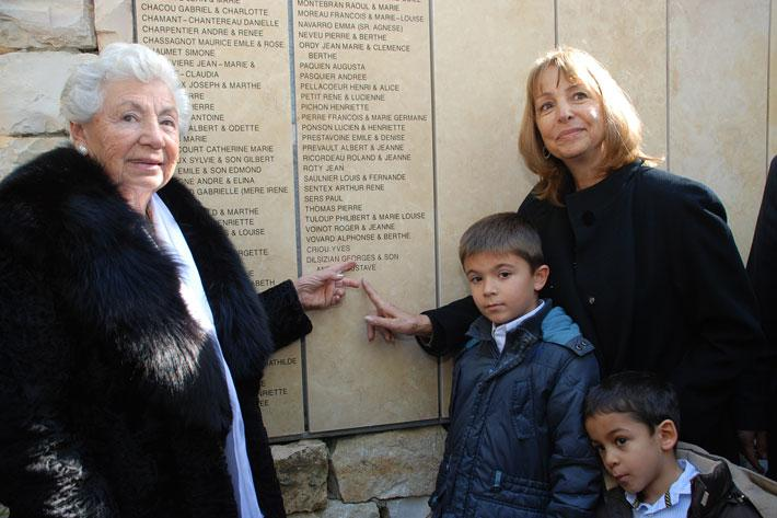 Survivor Carline Elbaz (left) and Liliane de Toledo, daughter and granddaughter of the Righteous, unveiling the names of the rescuers on the wall of honor, Yad Vashem, December 2011