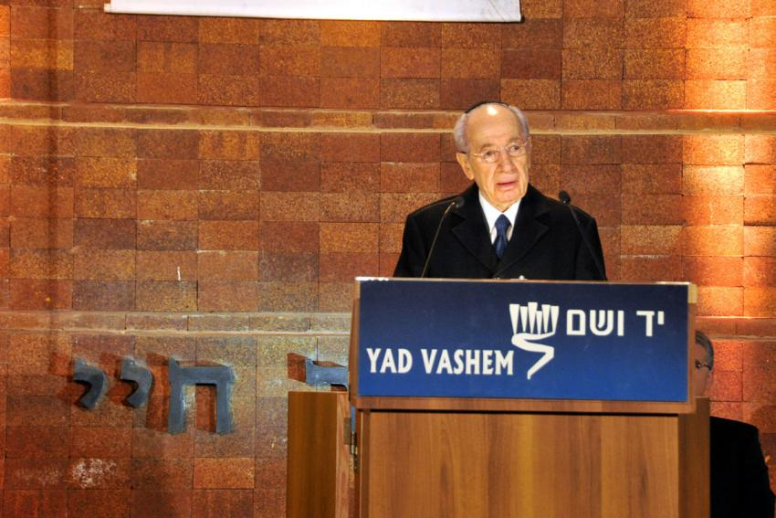 President Shimon Peres gives his address at the opening ceremony of Holocaust Martyrs' and Heroes' Remembrance Day 2010