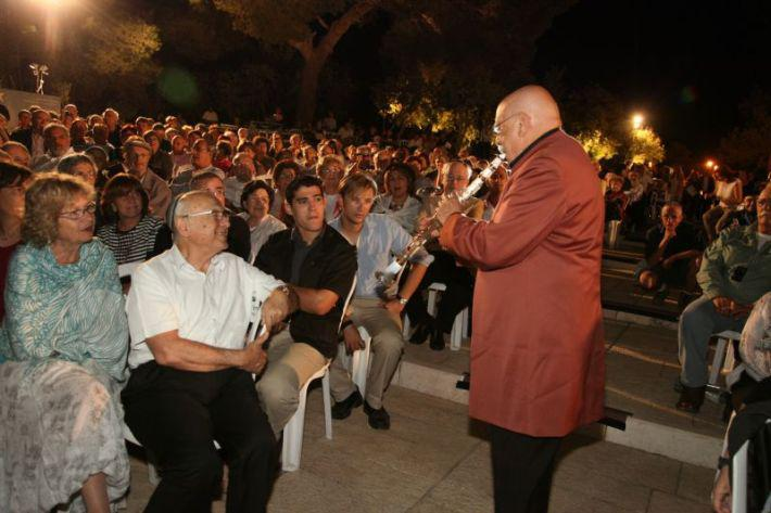 Maestro Giora Feidman playing to Minister of Justice Yaakov Neeman and his wife, seated in the audience at the Mashiv Haruach concert