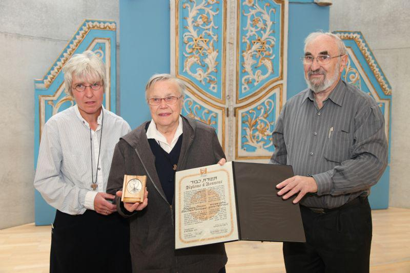 Sister Paule (left) and Sister Marie-Justine accept the medal and certificate of honor on behalf of Mother Marie-Véronique from Israel Jacky Offen