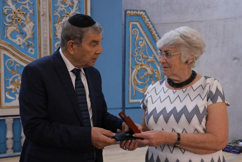Yad Vashem Chairman presenting Barbara Rybczyńska with the Righteous Among the Nations medal awarded to her late grandparents
